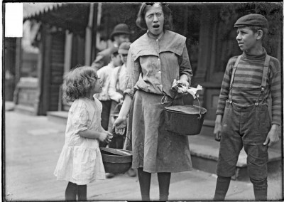 Two Jewish girls carrying pots of food for the Sabbath, Chicago. October 20, 1903. Courtesy of the Chicago History Museum.