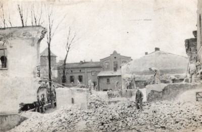Demolition of the destroyed Great Synagogue by the KL Auschwitz prisoners, c. 1940. Collection of Emilia Weźranowska.