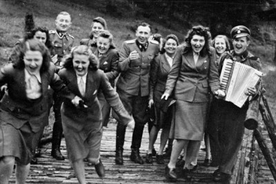 Nazi officers and female auxiliaries at a retreat near Auschwitz, 1944. Höcker album, US Holocaust Memorial Museum.