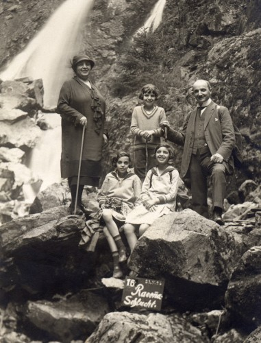 The Weil family, Hilda and Theo with children Erna, Lisa, and Toni (standing between parents) on vacation in Höllenthal, Germany, 1925. Courtesy of Brenda Mandel.
